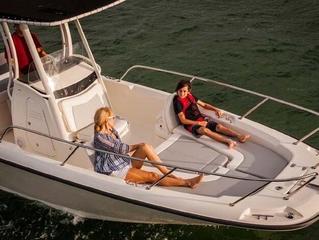 סירת דייג BOSTON WHALER-240 DAUNTLESS