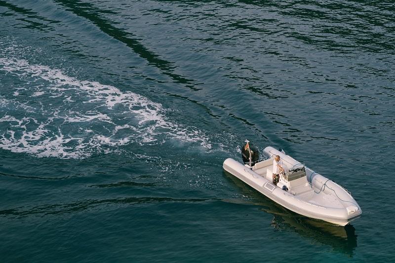 האם צריך רישיון לסירה מתנפחת עם מנוע